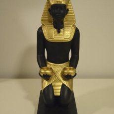 Faarao patsas, mustakultainen, polvistunut, kuvattu etusuunnasta