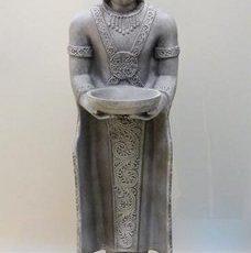 Buddhapatsas, harmaa kivi, kuvattu edestä