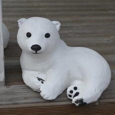 Jääkarhunpentupatsas, betonipatsas, makuulla