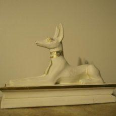 Anubis patsas, laatan päällä