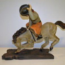Cowboy ja hevonen patsas, kuvattu sivulta