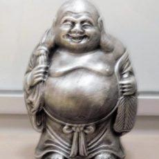 Buddha patsas, patinoitu hopea, kuvattu edestä