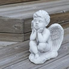 enkelipoikapatsas, betonipatsas, istuu rappusilla