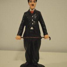 Chaplin ja keppi patsas, muikeana ilmeellä