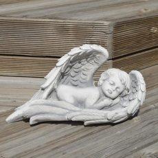 enkeli enkeli siipien suojassa, betonipatsas, poika nukkuu