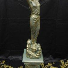 Diona patsas, pylvään päällä