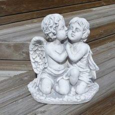 Tyttö ja poika Enkelipatsas, betonipatsas, lähekkäin