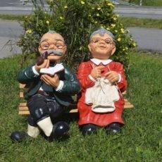 vaari ja mummo patsas penkillä, Ukko ja akka patsas,istuvat penkillä ja kuvattuna edestä