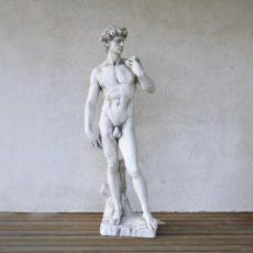 Miespatsas, valkoinen, betonipatsas, kuvattu etusuunnasta