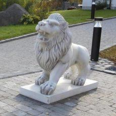 Leijonapatsas, betonipatsas jalustalla, kuvattu edestä