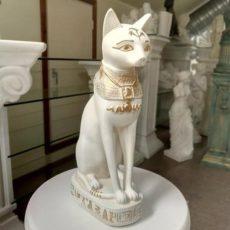 Kissapatsas Bastet, valkoinen, kuvattu edestä