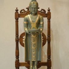 Buddha patsas, seisova, kuvattu edestä