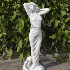 Naispatsas, Amelie, betonipatsas, kuvattu edestä