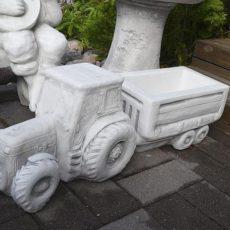 Ruukku, betonipatsas, traktori ja peräkärry, kuvattu edestä