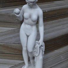 Naispatsas Eeva, kuvattu edestä, betonipatsas