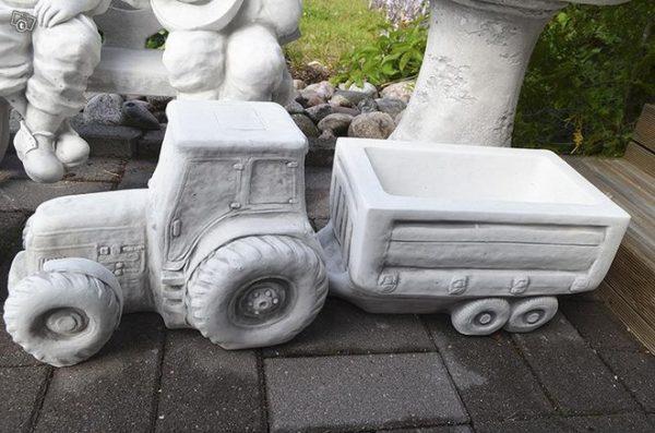 Ruukku, betonipatsas, traktori ja peräkärry, kuvattu sivulta