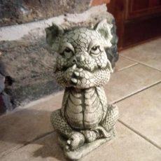Baby Dragon patsas, betonipatsas, kädet ristissä