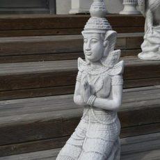 Buddhapatsas, betonipatsas, naispatsas, rukoilemassa