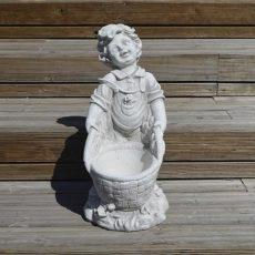 Betonipatsas, poika ja kukkaruukku, kuvattu edestä