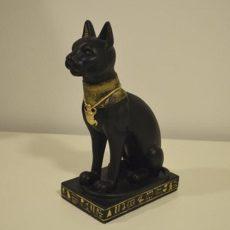 Kissapatsas, musta Bastet, kuvattu sivulta