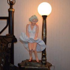 Valaisinpatsas, Marilyn, helma heilahtaa
