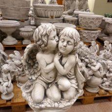 Enkelityttö ja enkelipoika patsas, betonipatsas, kuvattu edestä