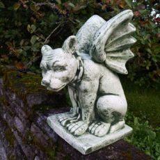 Gargoyle patsas, betonipatsas, kuvattu kivetyksellä