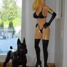 Naispatsas, eroottinen nainen, kuvattu koiran kanssa