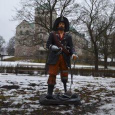 Merirosvo ja miekka patsas, lumisella nurmella