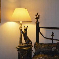 Valaisinpatsas, kissavalaisin, kuvattu makuuhuoneessa