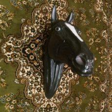 Hevosen pää patsas, luonnollisen kokoinen, musta ja kuvattu edestä