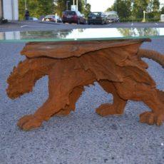 Lohikäärmepöytä, kuvattu sivulta